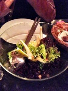 Salat für zwei in der großen Schüssel serviert: auch beim Zwischengang ist Selbstbedienung angesagt