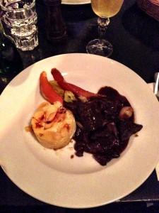 Rindfleisch in Burgunder: das Hauptgericht war mittelmäßig und das Gratin aus mehligkochenden Kartoffeln – das geht besser
