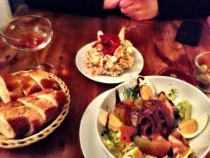 Ein sehr guter und ein sehr schwacher Salat: Top-Rusa hinten, Flop-Tomate vorne