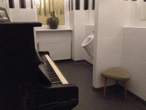 Piano auf dem Herrenklo